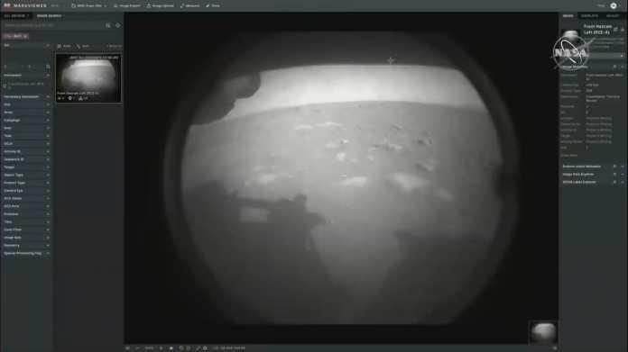 Schwarz-Weiß-Aufnahme von Geröll mit Schatten des Landefahrzeugs