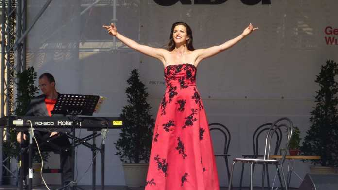 Sopranistin in rotem Kleid auf Bühne