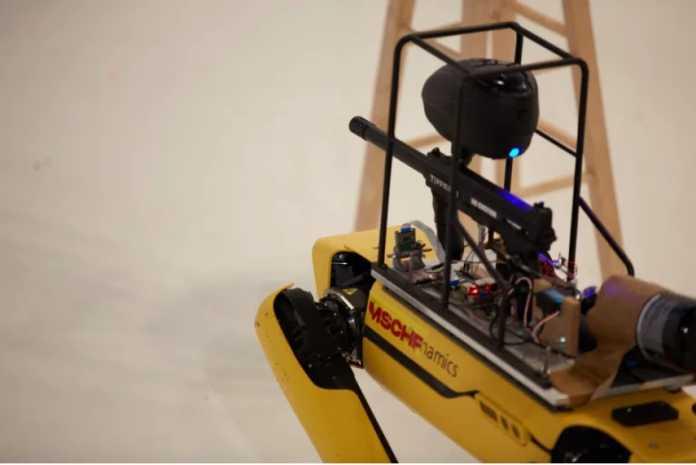 Roboter Spot mit aufmontierter Paintball-Waffe, umfunktioniert vom Kunst- und Marketingkollektiv MSCHF aus New York.