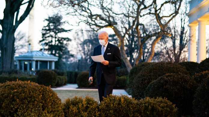 Joe Biden mit einem Manuskript im Rosengarten des Weißen Hauses