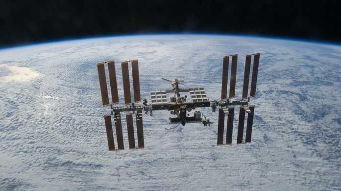 Internationale Raumstation, im Hintergrund die Erde