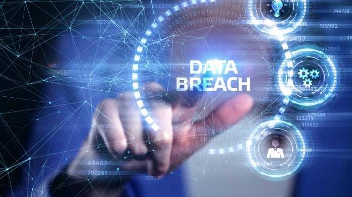"""""""DATA BREACH"""" eingeblendet auf futuristischem Bildschirm"""
