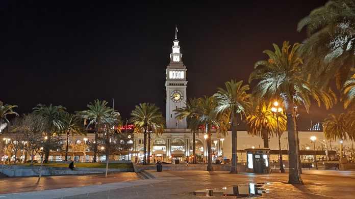 Nachtansicht des Embarcadero Plaza (mit Palmen) und des Ferry Building in San Francisco