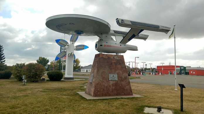 Modell eines Raumschiffs auf einem Podest im Freien