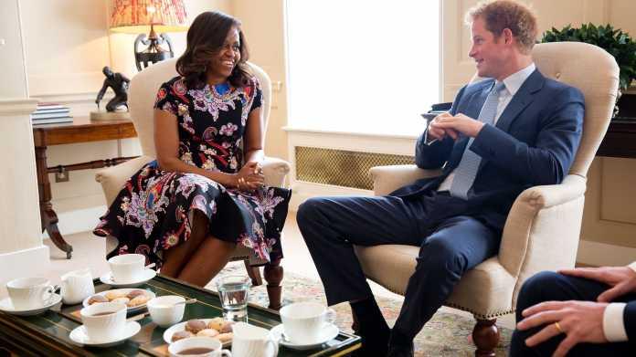 Michelle Obama, Prinz Henry, in cremweißen Armstühlen sitzend