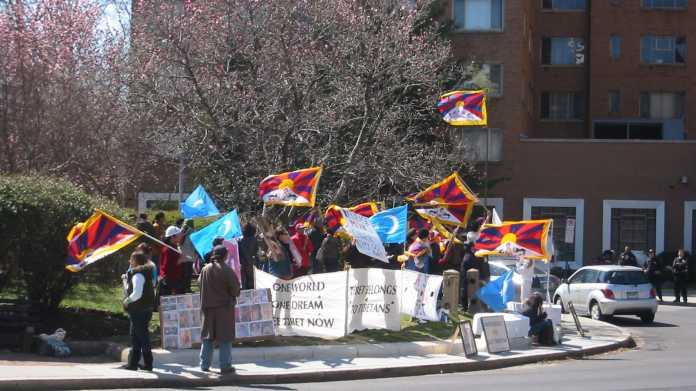Demonstration mit Flaggen Tibets und der Uiguren