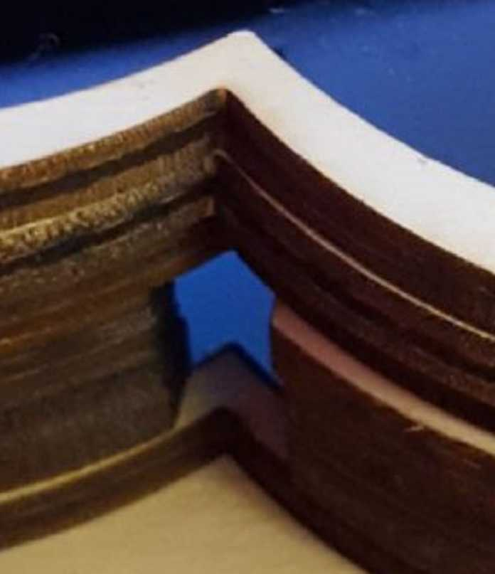 Übereinander gestapelte Holzrahmen – in der Mitte sind einige Rahmen mit Loch, durch das ein Kabel geführt werden kann.