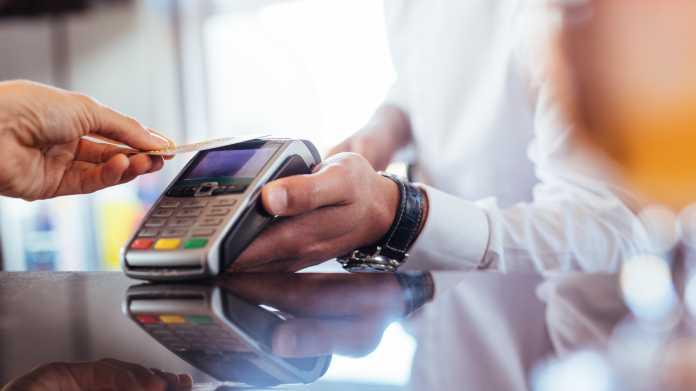 Kartenzahlung statt Bargeld kann ins Geld gehen