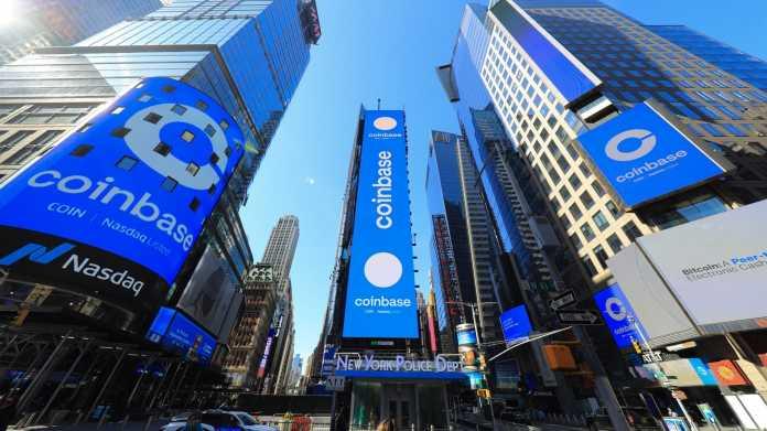 Coinbase-Logos auf riesigen Leuchtplakaten
