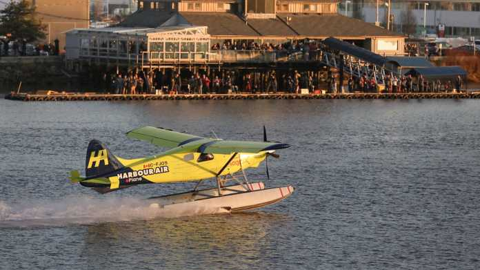 Gelbes Wasserflugzeug auf dem Wasser