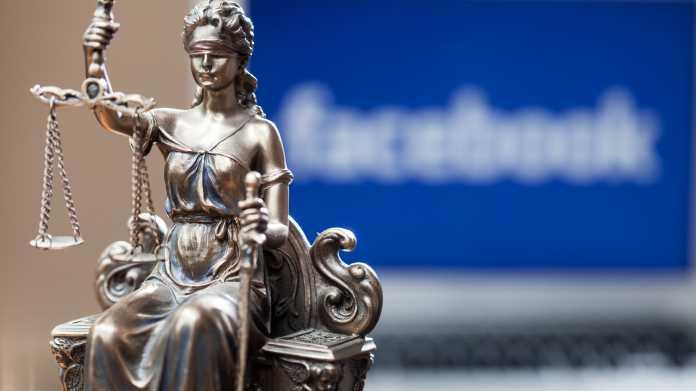 Figur der Justitia, dahinter unscharf der Facebook-Schriftzug