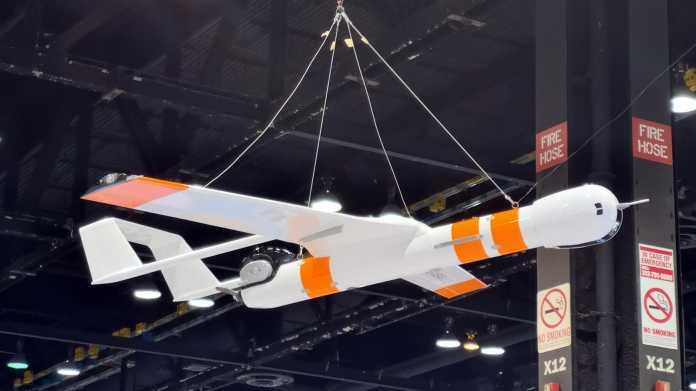Weiße Starrflügeldrone mit orangen Streifen