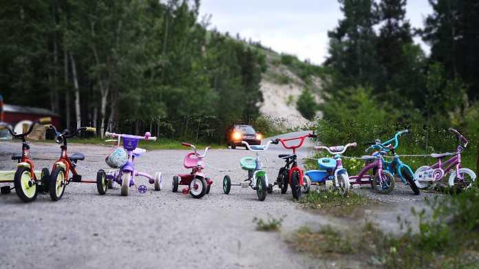Eine Reihe Kinderfahrräder