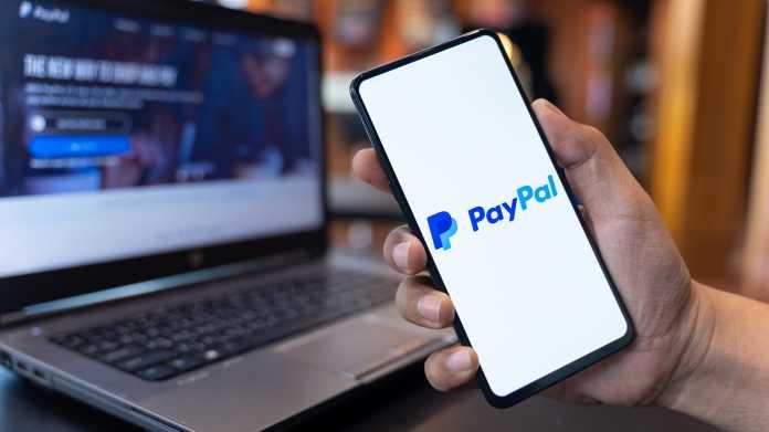 Paypal auf einem Smartphone und einem Laptop