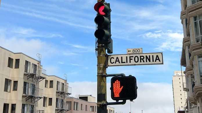Rote Ampel und rote Fußgängerampel an einer Kreuzung der California Street in San Francisco