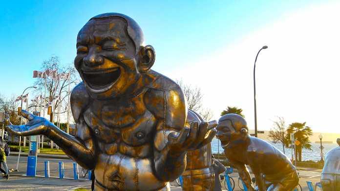 Lachende Bronzestatuten