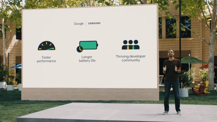"""Bühnenszene: Herr Sameer Samat steht neben Leinwand mit Aufschrift """"Google  Samsung"""" und diversen Icons"""