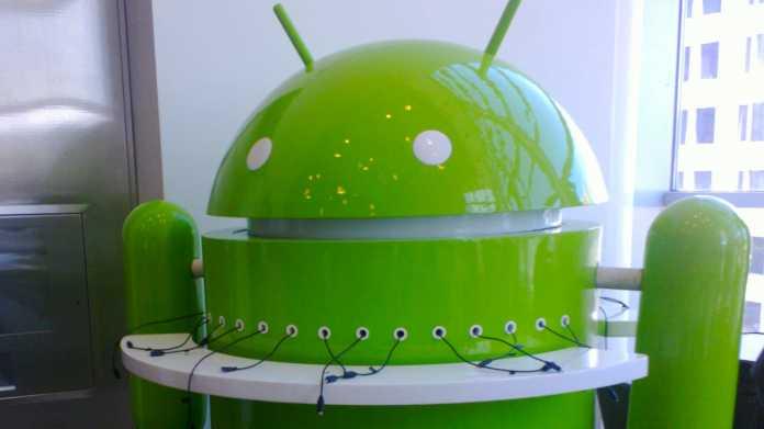 Android-Figur mit Ladekabeln für Handys