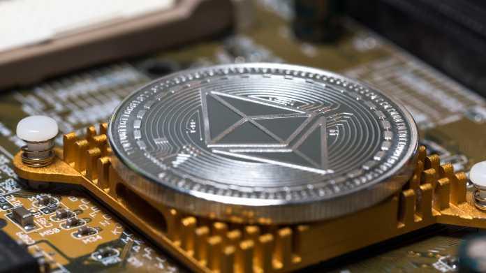 Ethereum-Münze liegt auf Chip-Kühler