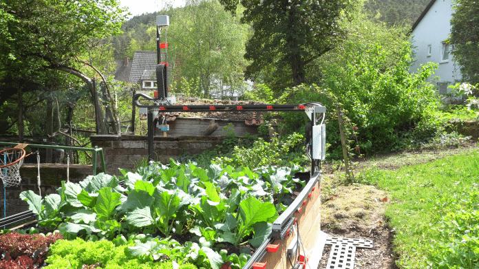 c't-FarmBot: Erste Ernte mit dem Gartenroboter