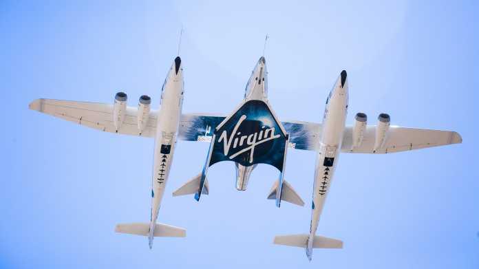 Virgin Galactiucs Trägerflugzeug WhiteKnightTwo samt Raumgleiter VSS Unity von unten fotografiert