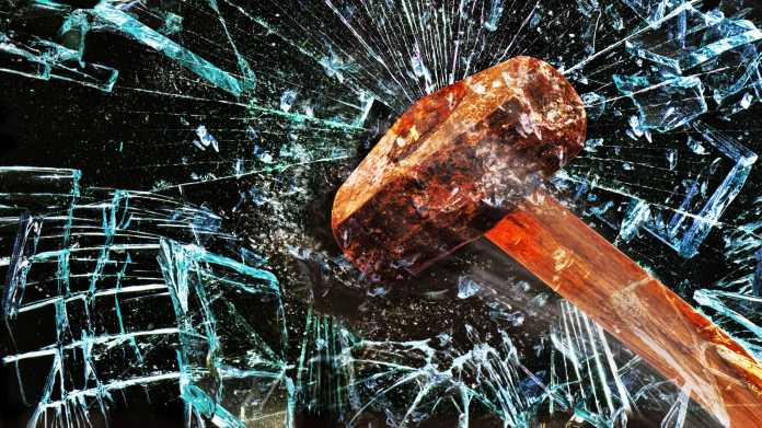 Hammer zerschlägt Glasscheibe