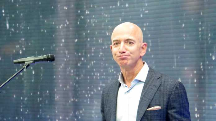 Jeff Bezos neben Mikrophon