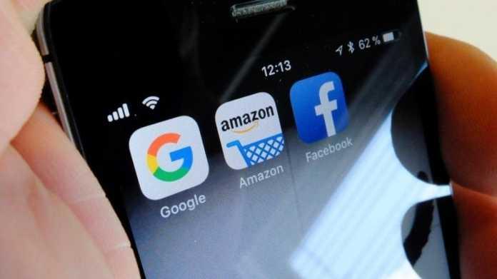 Google, Amazon und Facebook auf einem Handy.