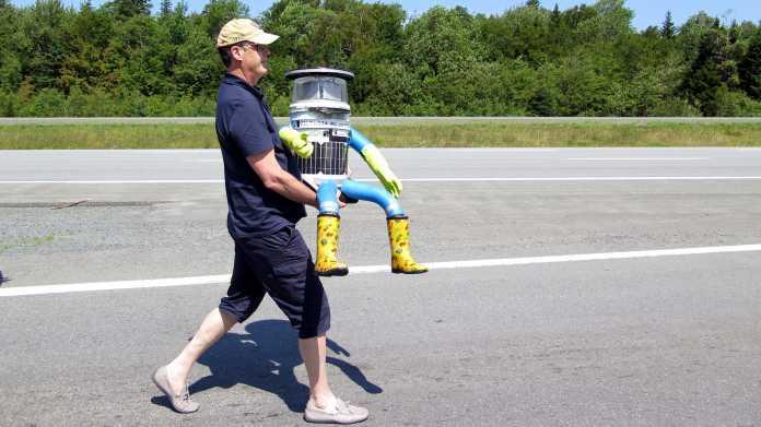 Mann trägt Hitchbot
