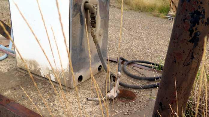 Staubige Zapfsäule, daneben liegt der Zapfhahn auf dem Boden
