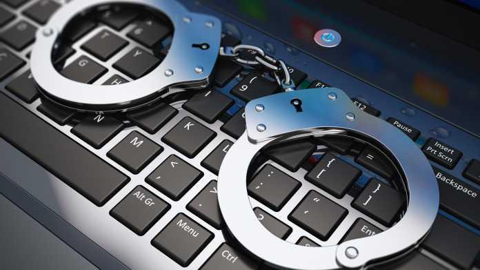 Handschellen liegen auf Tastatur