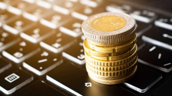 Münzen auf Tastatur