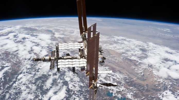 Die ISS vor dem Erdball