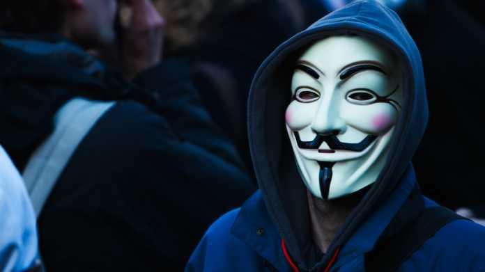 Maskierte Person trägt Kaputzenpullover