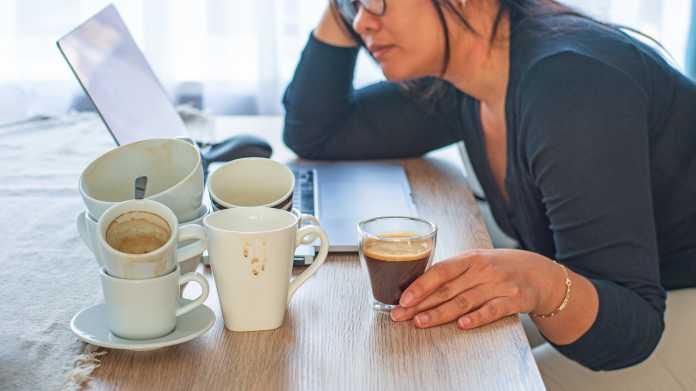 Frau im Homeoffice mit vielen Kaffeetassen