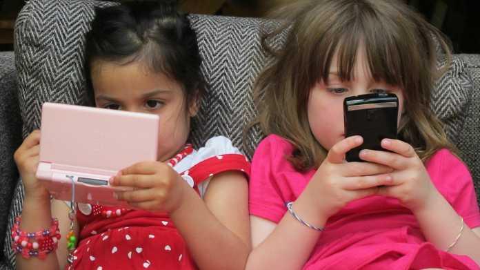 2 Mädchen mit Handy