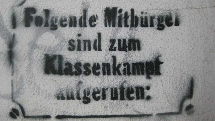 """Aufgesprühte Schrift: """"Folgende Mitbürger sind zum Klassenkampf aufgerufen"""""""