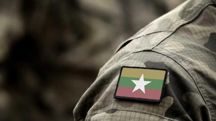 Schulter einer Militäruniform mit Flagge Myanmars