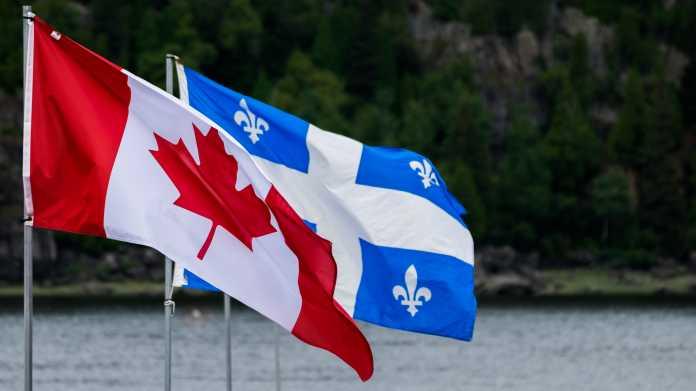 Fahne Kanadas, dahinter die Fahne Quebecs