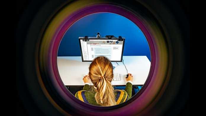 Blick auf Studentin und ihren Bildschirm durch eine Linse