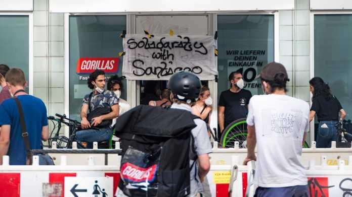 Mitarbeiter des Lieferdienst-Startups Gorillas bestreiken ein Berliner Auslieferungslager und fordern bessere Arbeitsbedingungen.