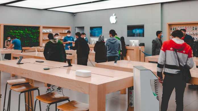Menschen in einem Apple Store