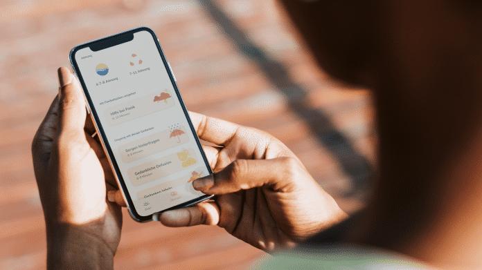 Eine Frau intergiert mit Pocketcoach auf ihrem Handy