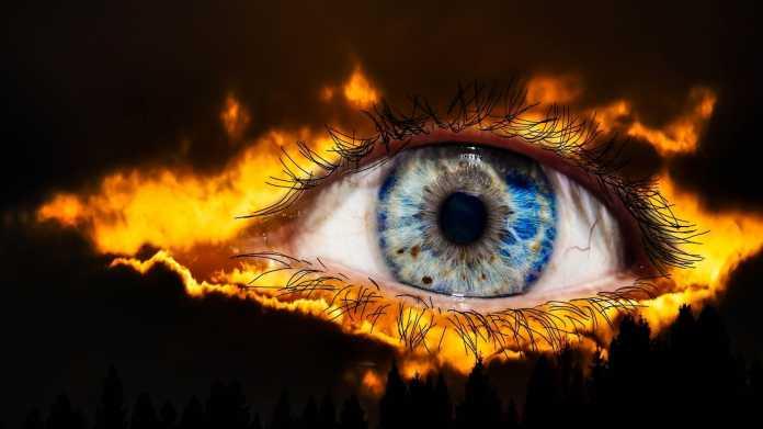 Ein Auge, umgeben von lodernden Flammen