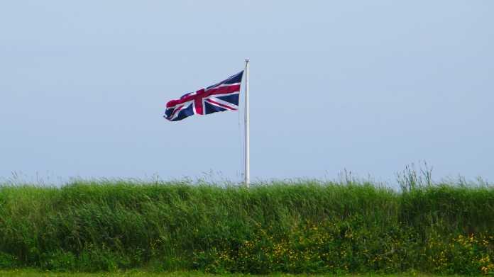 Union Jack weht über Wiese