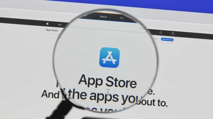 Apples App-Store-Logo und Schriftzug durch eine Lupe gesehen