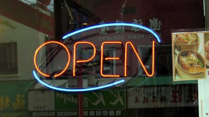 """""""Open""""-Schild im Fenster eines Chinarestaurants"""