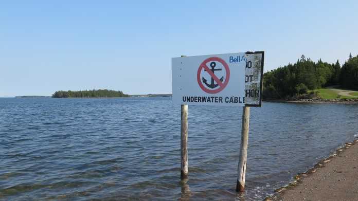 Warnung vor Kabeln am Strand