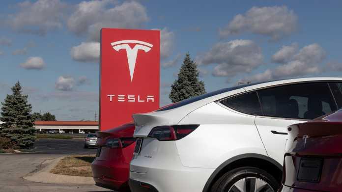 Tesla-Schild, davor das Heck eines Tesla-Autos