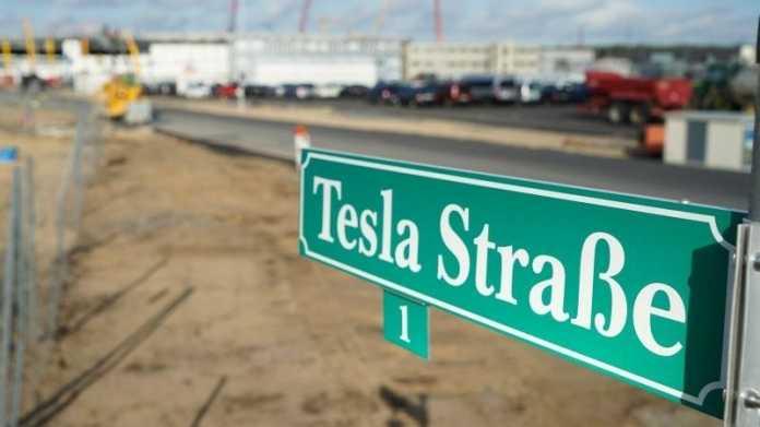 Schild: Tesla-Straße in Grünheide bei Berlin